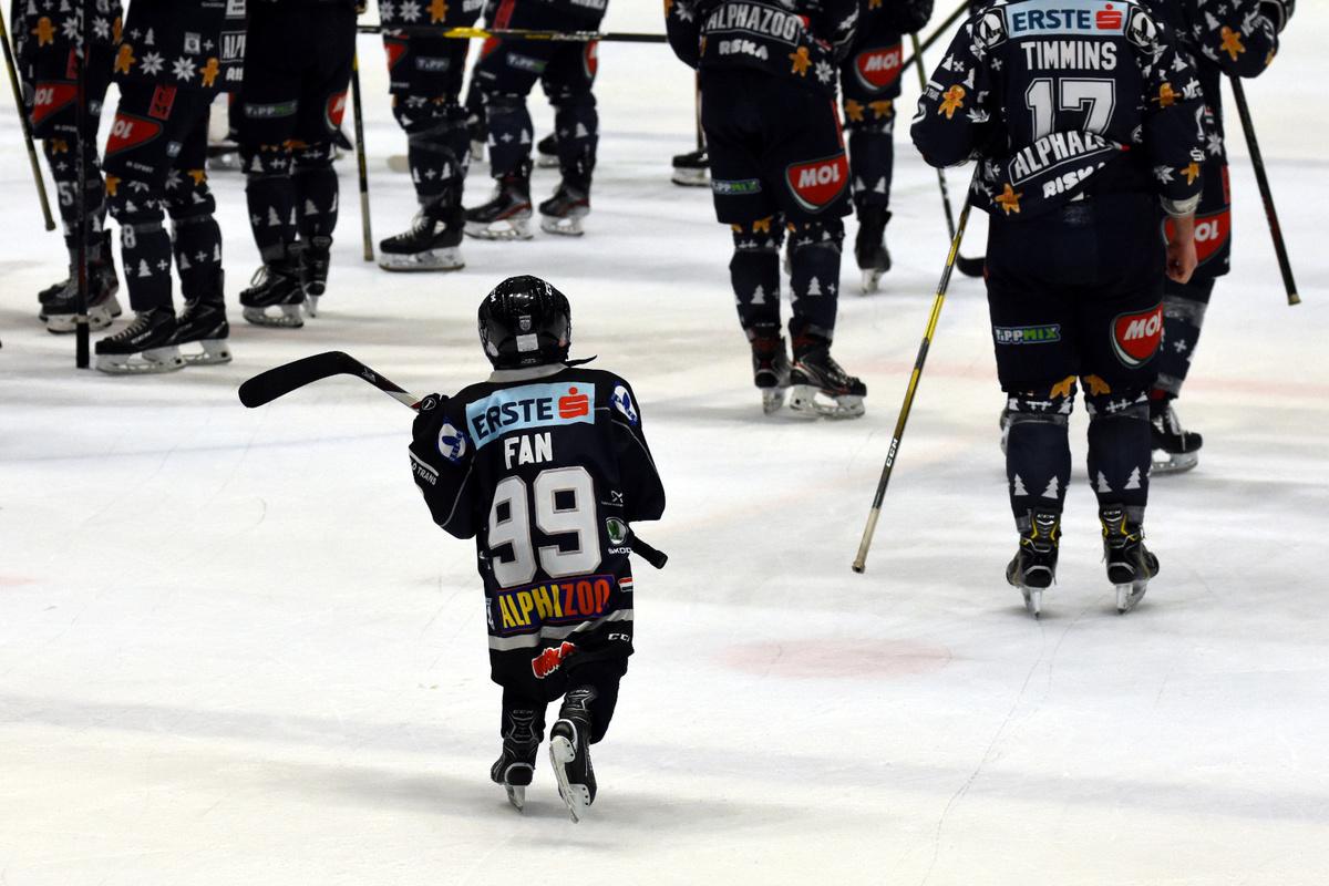 Fan #99 on joukkueen mukana jäällä sekä esittelyssä sekä ottelun jälkeen.