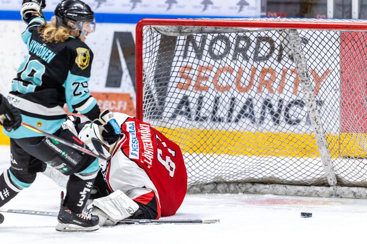 Mikko Hyvönen uittaa kiekon tyylikkään yksinkertaisesti ohi Manu Lähteenmäen.
