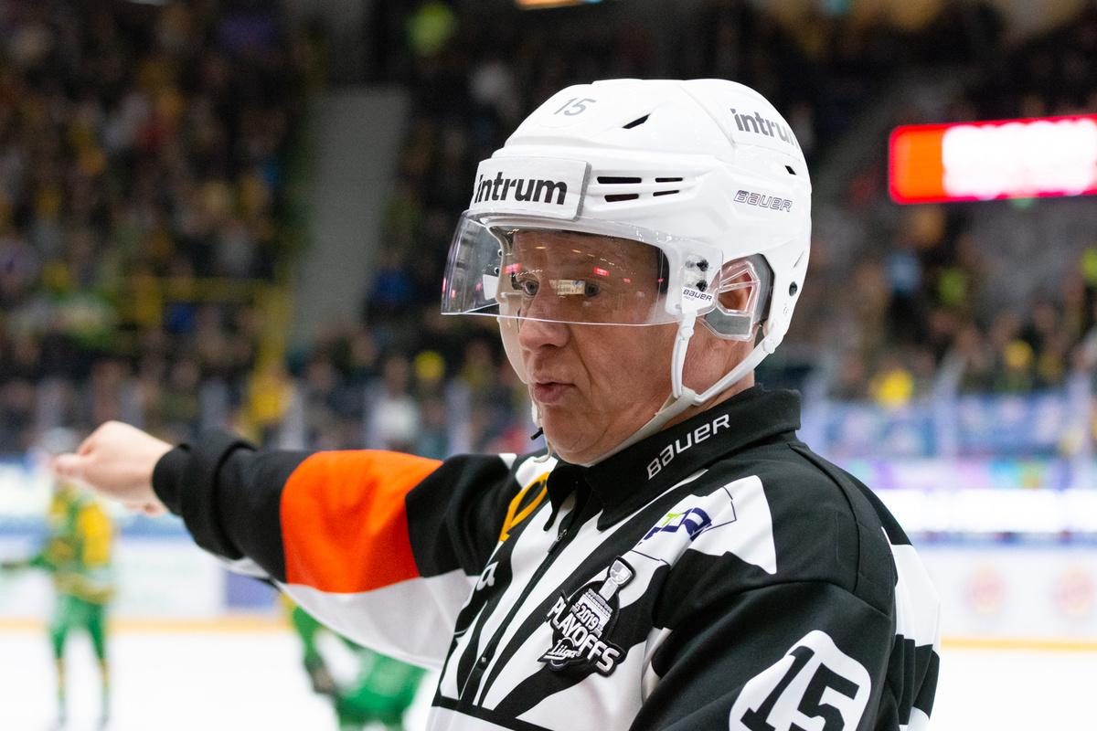 Jari Levonen on Liigan historian toiseksi eniten (979) otteluja viheltänyt tuomari.