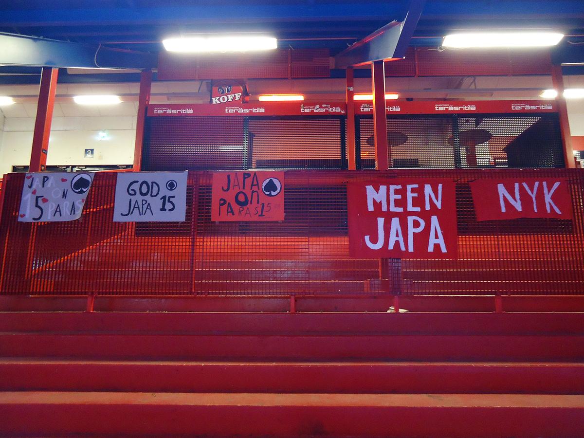 Koululaisten banderollit olivat yksin Isonmäen seisomakatsomossa.