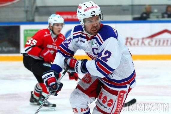 Kuvassa Antti Virtaselle epätavallinen tilanne, kun kapteenin kypärän väri ei ole kultainen.