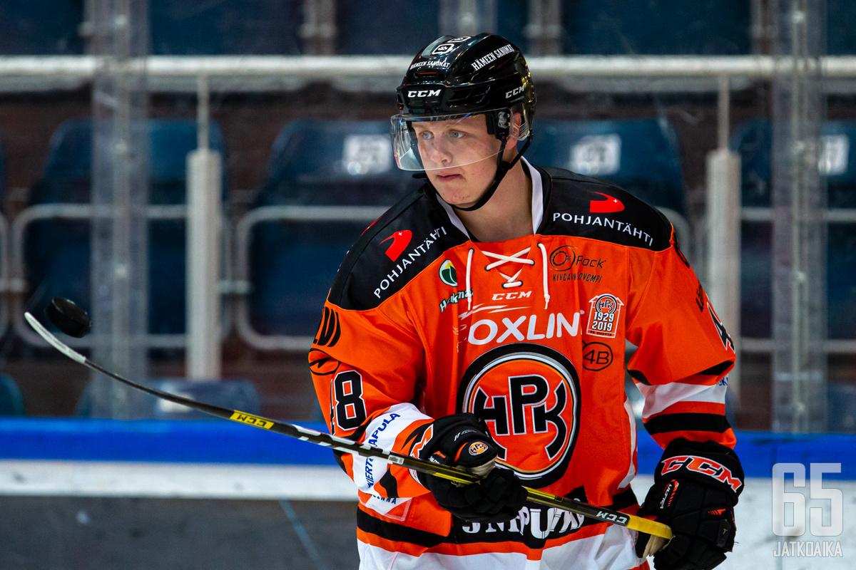 Valtteri Puustinen oli pelipäällä perjantaina viimeistellen kaksi maalia.