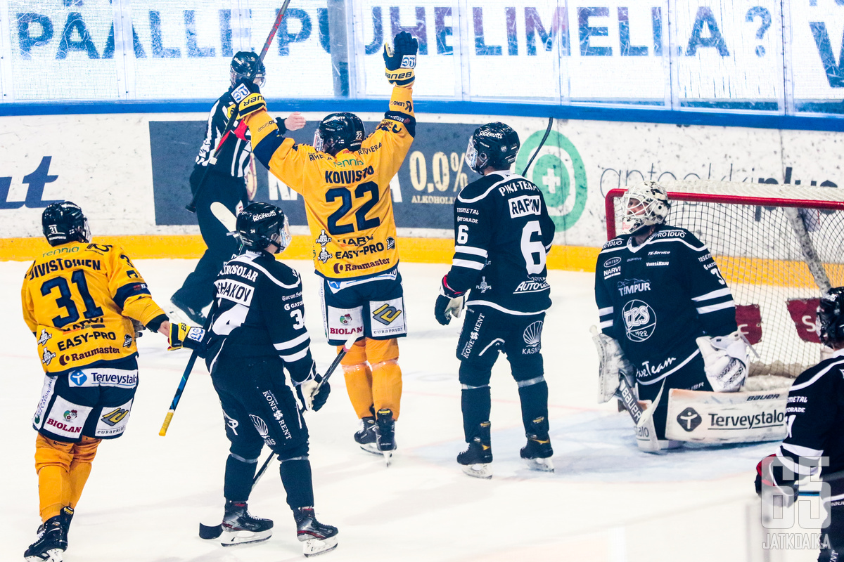 Toni Koivisto pääsi juhlimaan joukkueensa kanssa mestaruutta