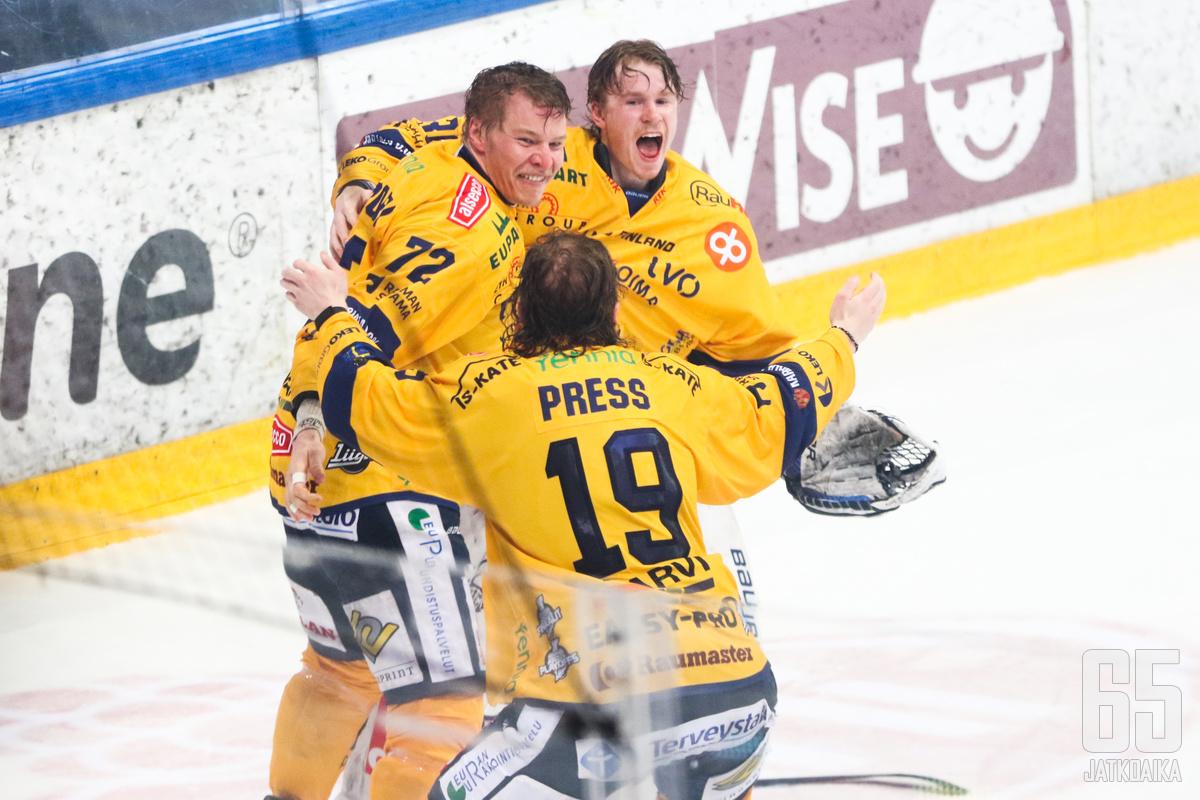 Samuli Piipponen (vas.) ja Lassi Lehtinen juhlivat tuoreeltaan Robin Pressin kanssa Suomen mestaruutta, kun vapauttava summeri soi.