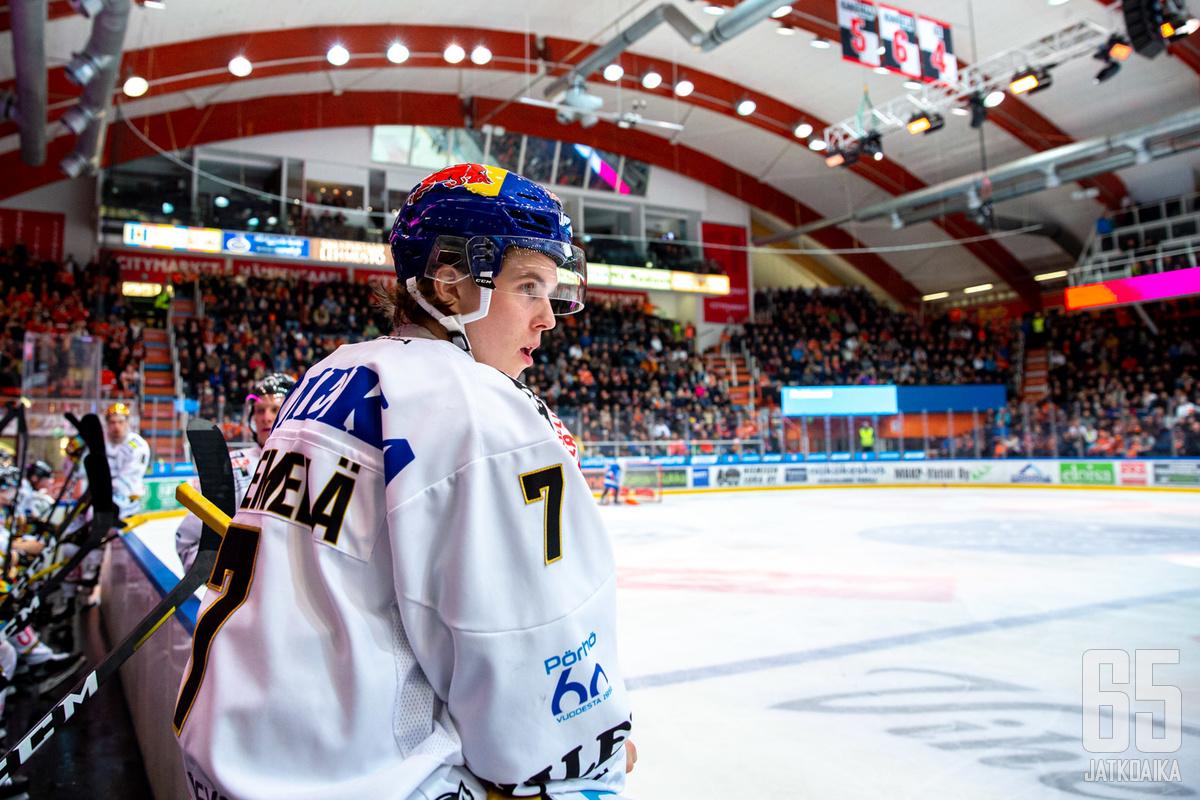 Topi Niemelä pukee päälleen Kärppien pelipaidan myös ensi kaudella.