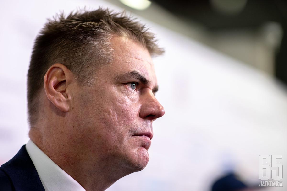Suomen pääluotsi Raimo Helminen on saanut kritiikkiä muun muassa esiintymisestään median edessä.