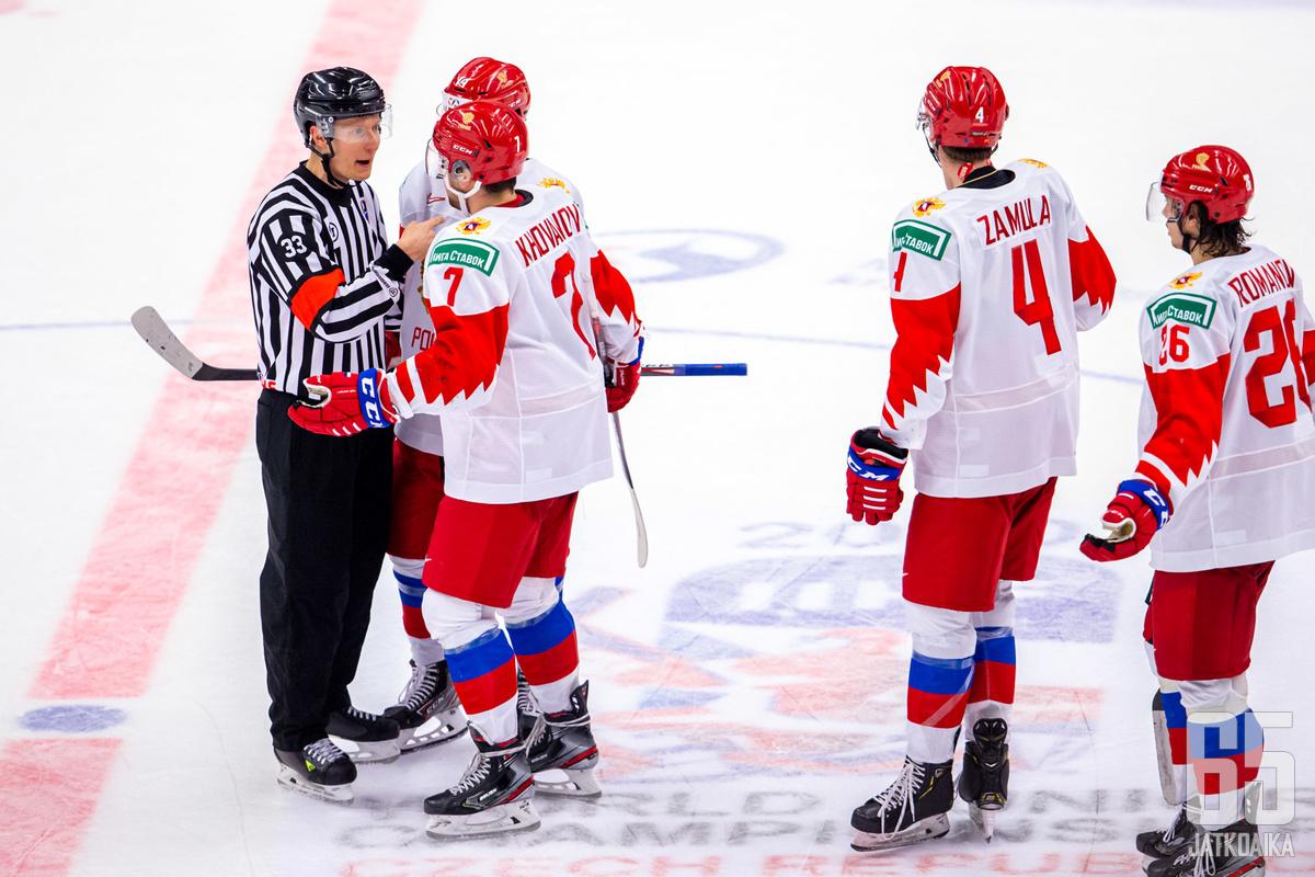 Kristian Vikman yritti selittää lajin sääntöjä venäläisille MM-finaalissa.