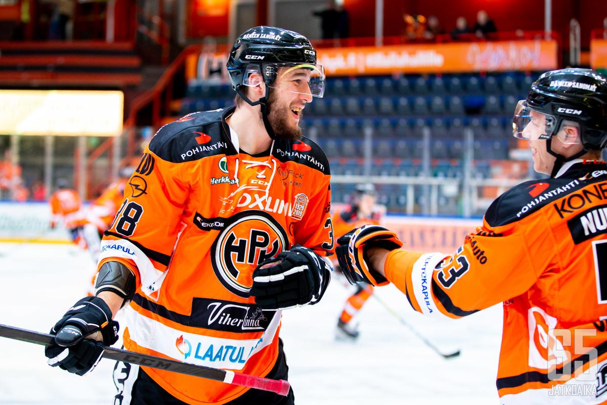 Lähinnä fyysisyydestään tunnettu HPK:n Miro Karjalainen pääsi maalin makuun illan Ässät-ottelussa.