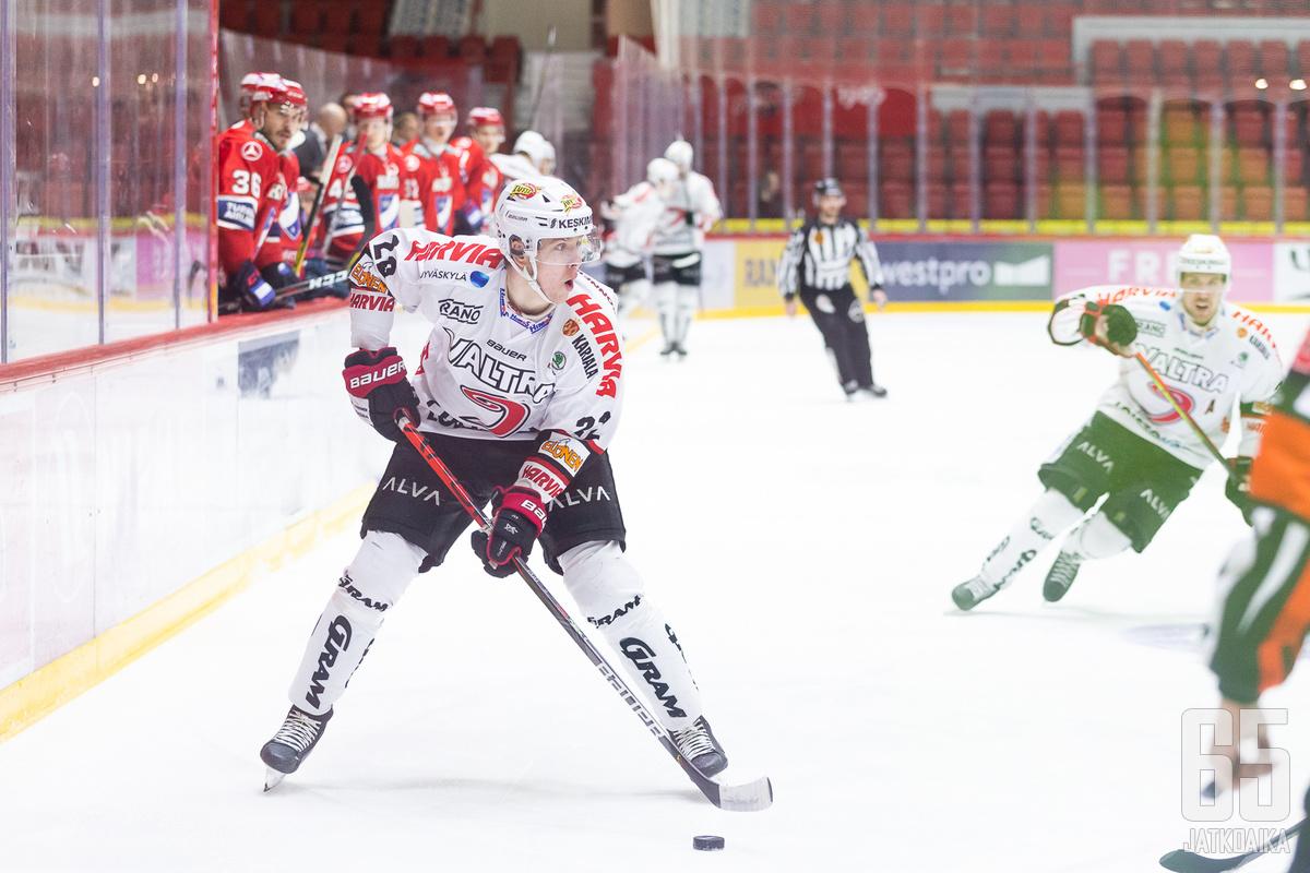 Anton Stråka jättää Jypin.