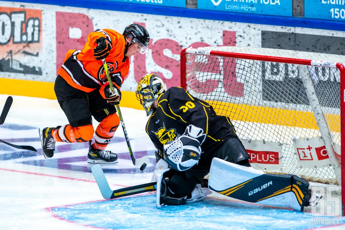 Jere Innala oli tuttu näky Matěj Tomekin vartioimalla maalilla jo syksyn harjoitusottelussa.