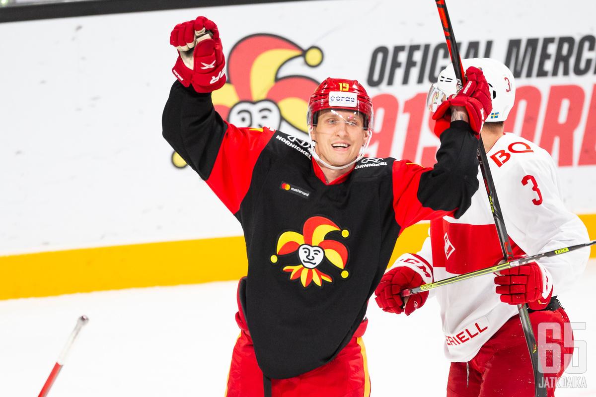 Veli-Matti Savinainen iski joukkueiden kauden avauskohtaamisessa kaksi maalia.