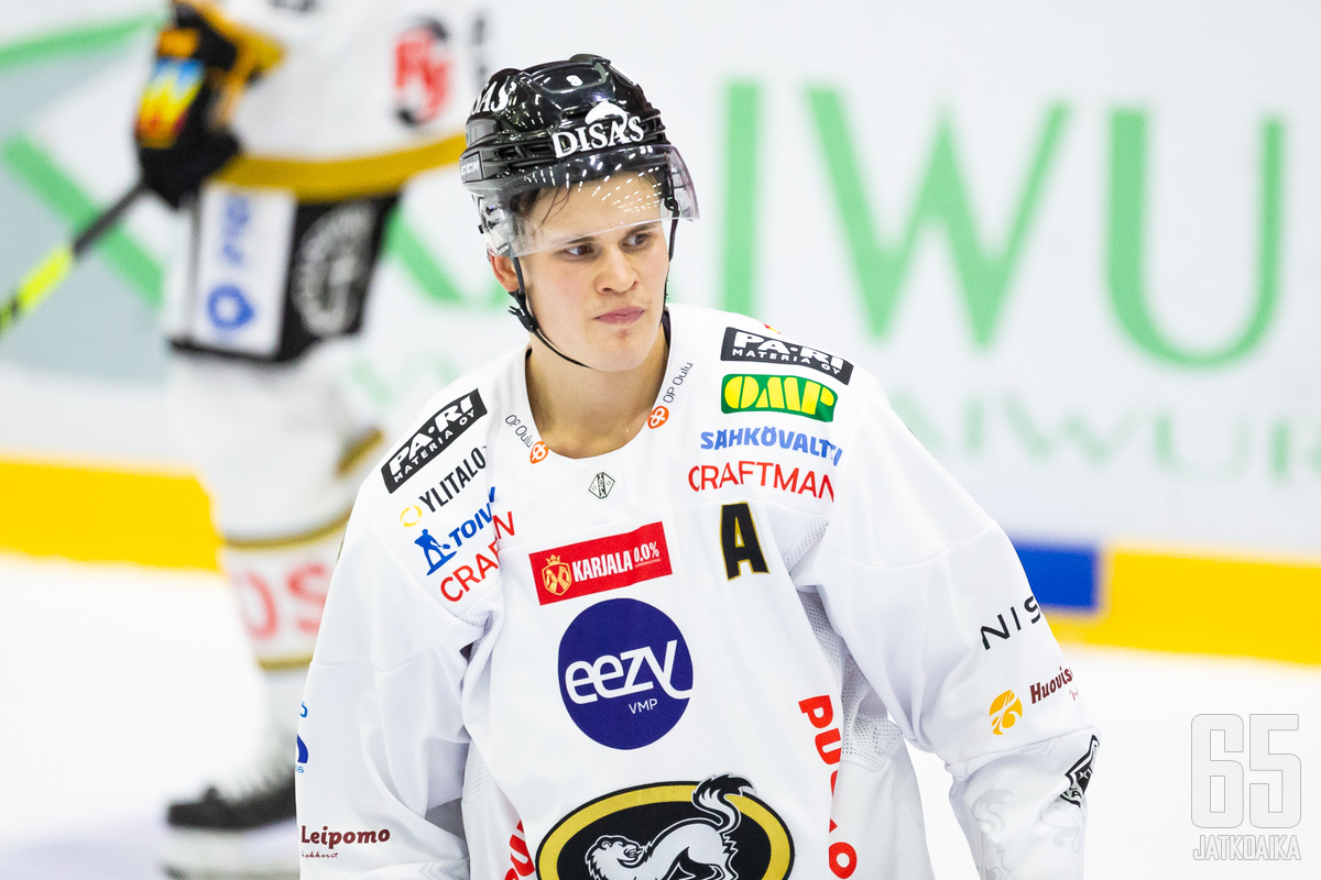 Jesse Puljujärvi turhautui ja sai suihkukomennuksen polvitaklauksesta.