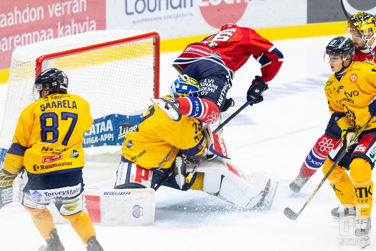 Kuvassa kamppailevat Saarela, Setänen ja Sallinen valittiin joukkueeseen.