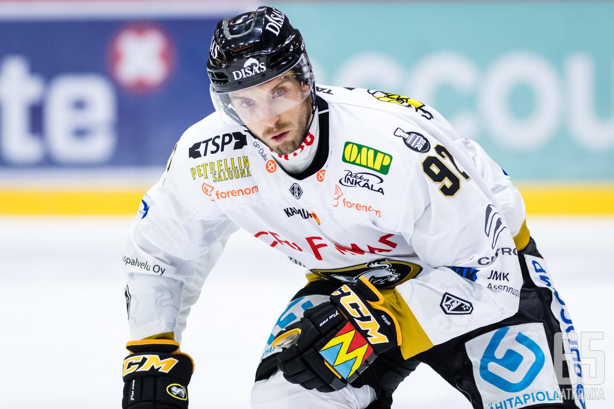 Oskar Osala on sivussa illan kamppailusta.