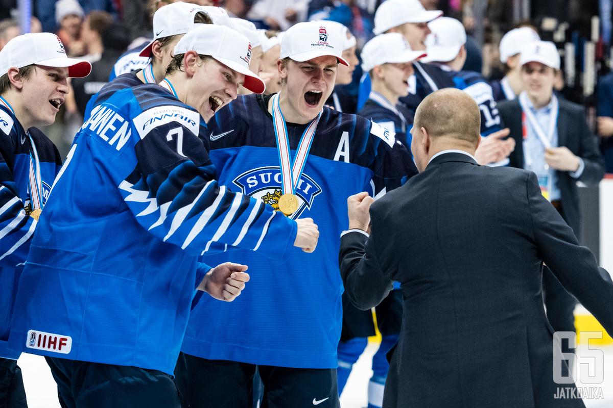 Urho Vaakanainen ja Henri Jokiharju hyvästelevät juniorimaajoukkueet kultamitalit kaulassa.