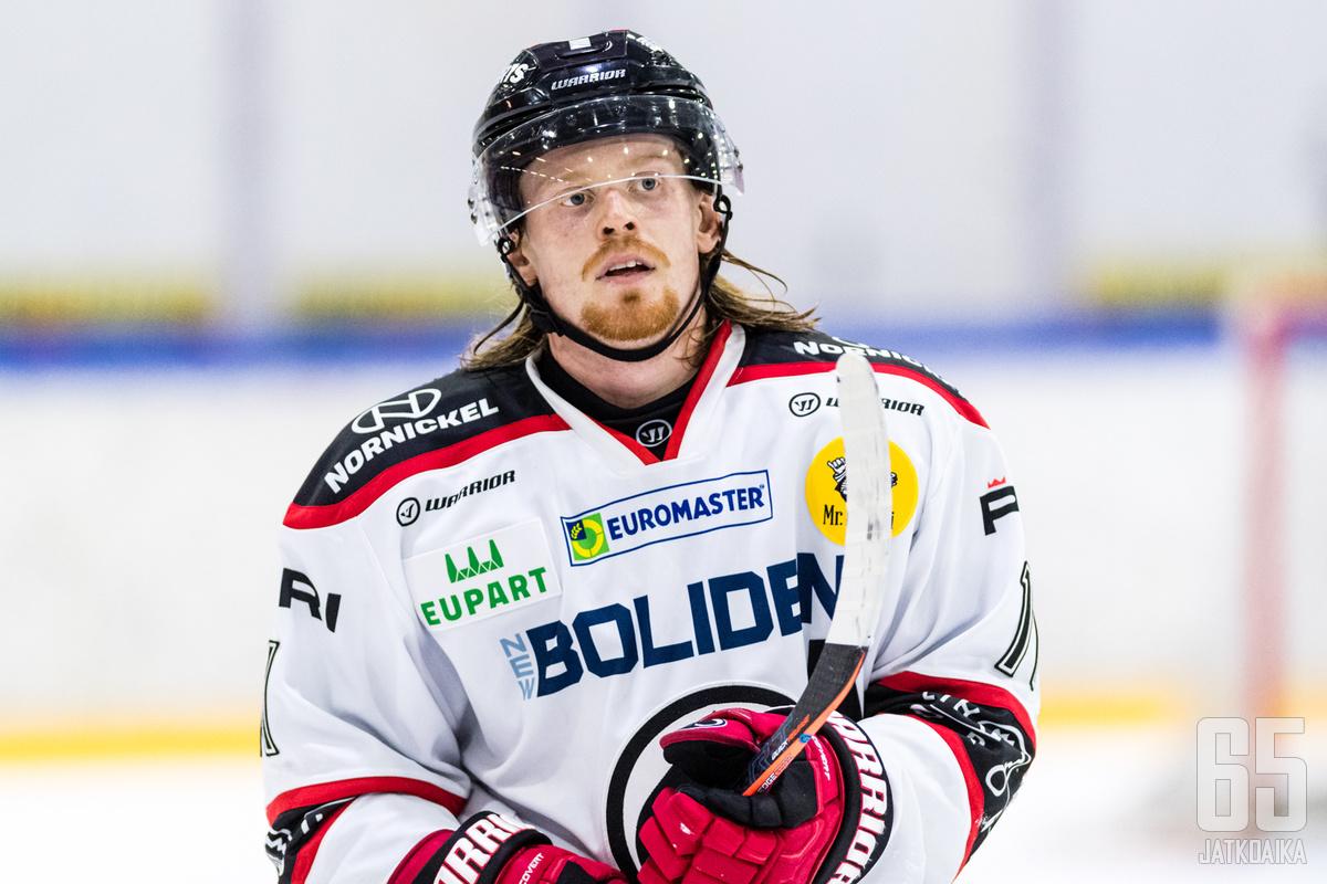 Salmela on pelannut Liigaa muun muassa Ässissä.
