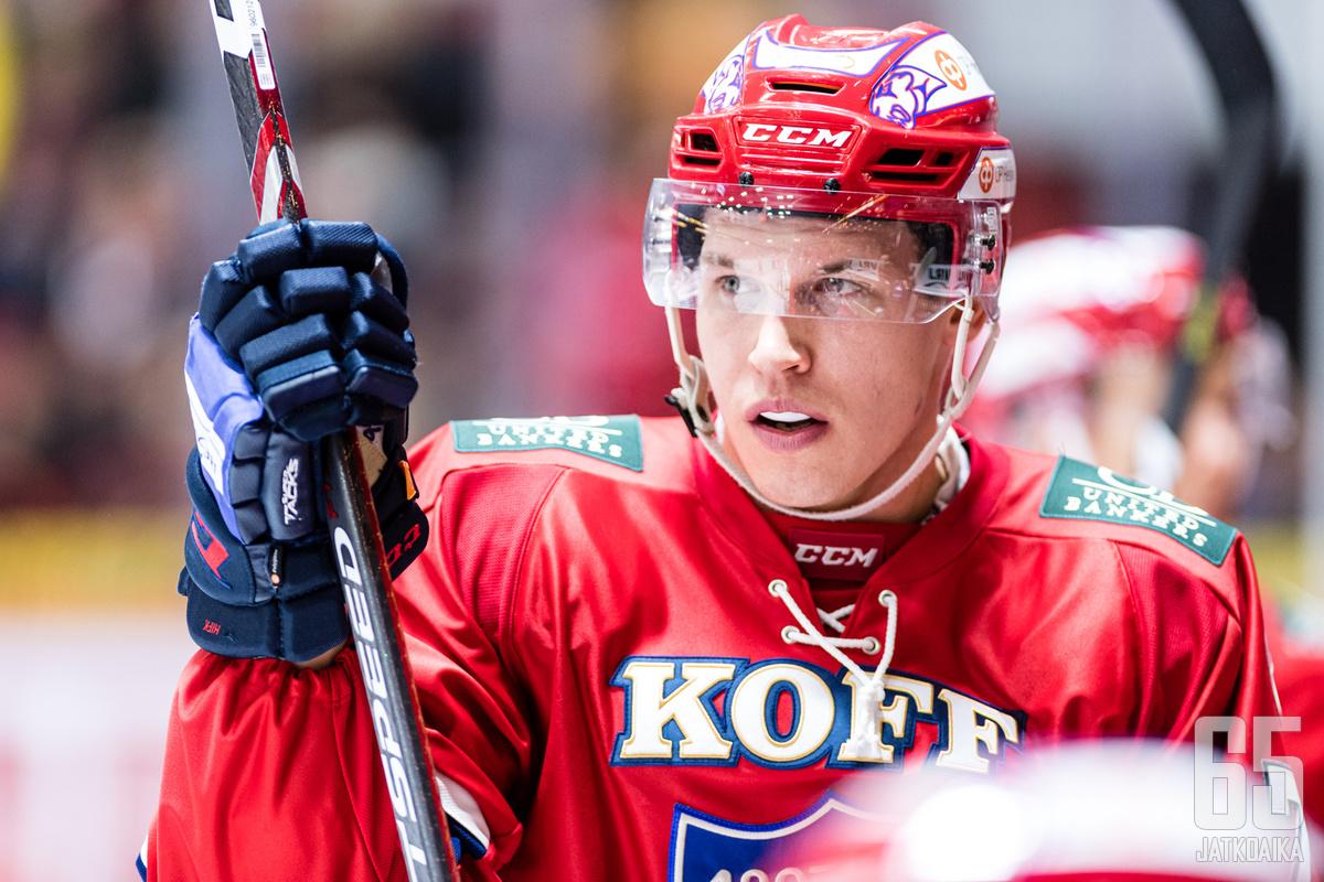Jere Sallinen saa HIFK:n kapteenin C-kirjaimen rintaansa.