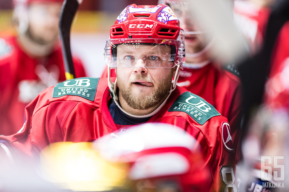 HIFK-paidassa viilettävällä Jesse Saarisella on käynnissä 16. kausi Liigassa.