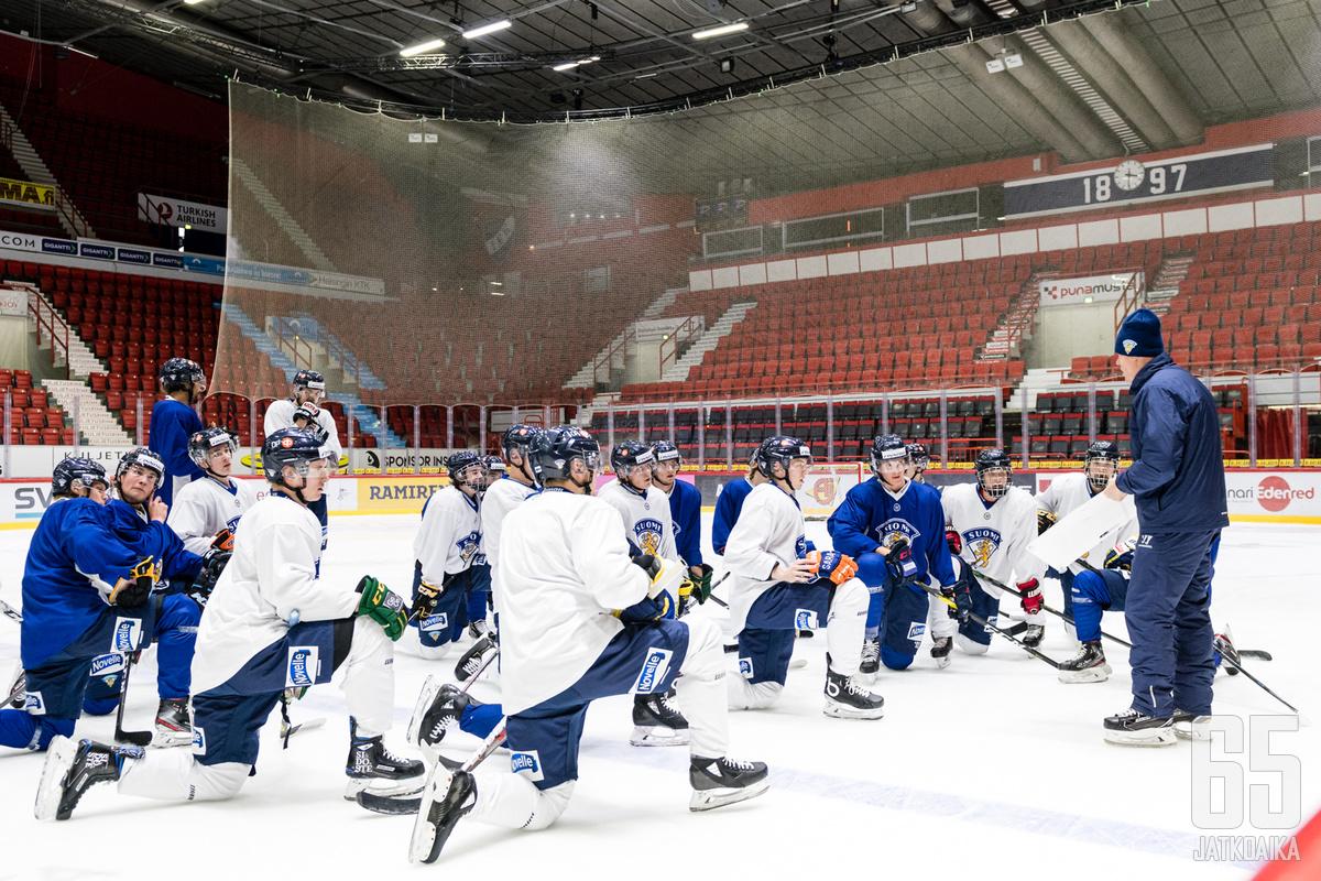 Suomi hakee jatkoa menestykselleen Raimo Helmisen valmennuksessa.