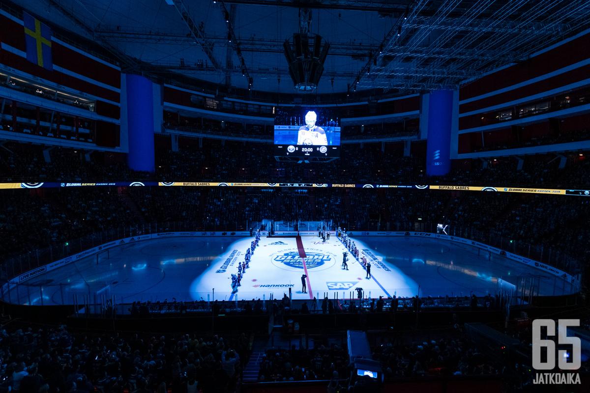 NHL-selostaja Mike Emrick selosti viimeiset Stanley Cup -finaalinsa syyskuussa. Kuvituskuva.