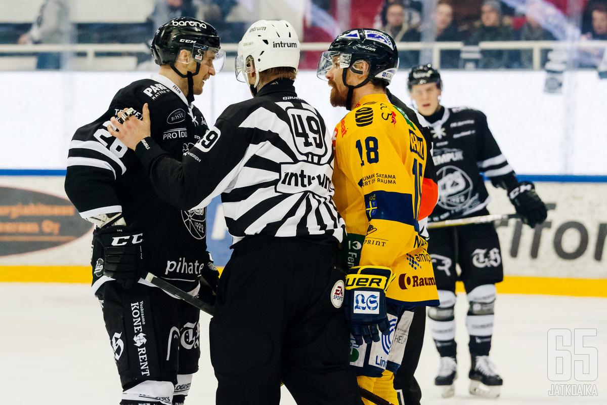 Lauri Korpikoski kävi sanaharkkaa Lukon Rony Ahosen kanssa, kun TPS-kapteeni sai jäähyn myöhästyneestä taklauksesta.