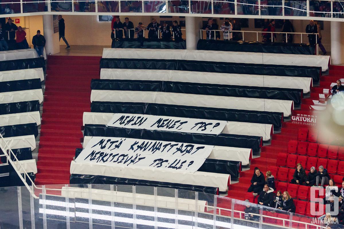 Kannattajat protestoivat seurajohtoa kohtaan taannoisessa liigaottelussa.
