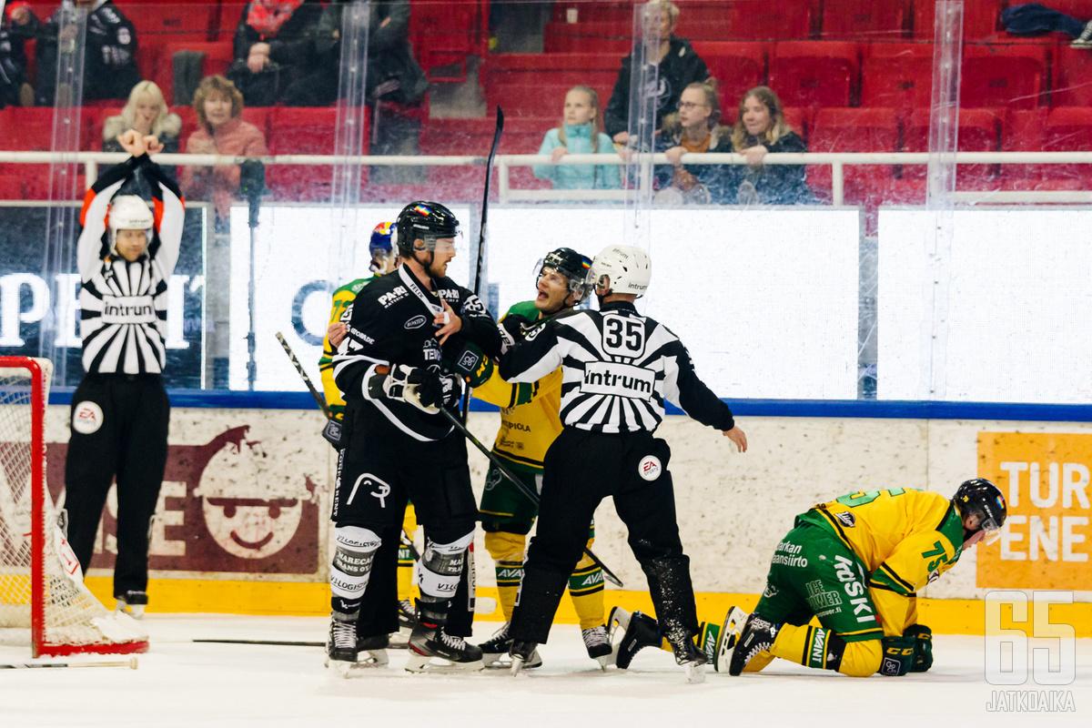 Ottelun kuohuttavin tilanne nähtiin toisen erän viime sekunneilla: Tirronen loukkaantui ja Ilves sai rangaistuslaukauksen, josta Eemeli Suomi täydensi hattutemppunsa.