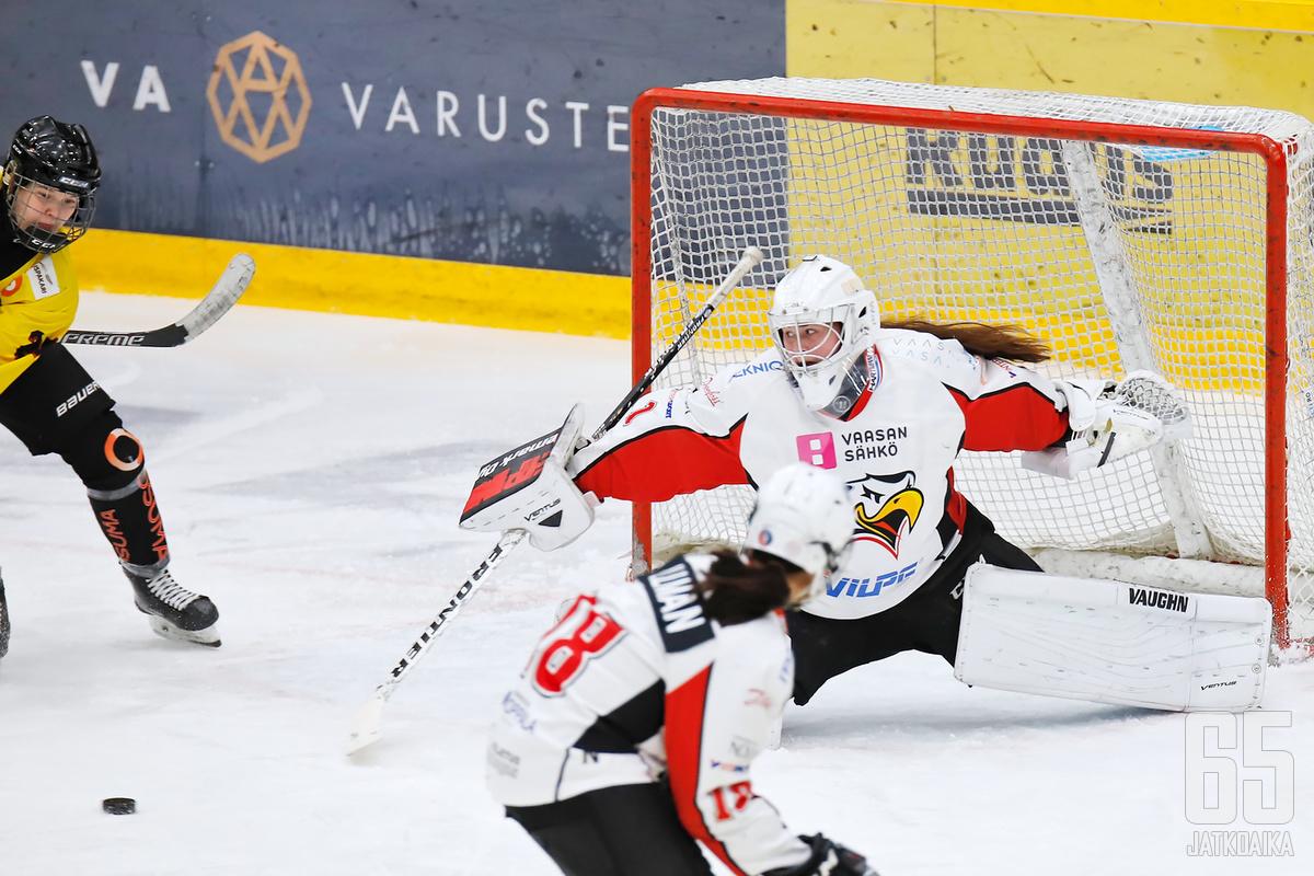 Oona Mäki on päässyt torjuntatöihin Sportin maalilla.