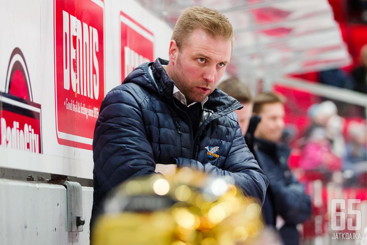 Jani Manninen joutui ajoittain alta kulmain katsomaan joukkueensa pelaamista kauden aikana.