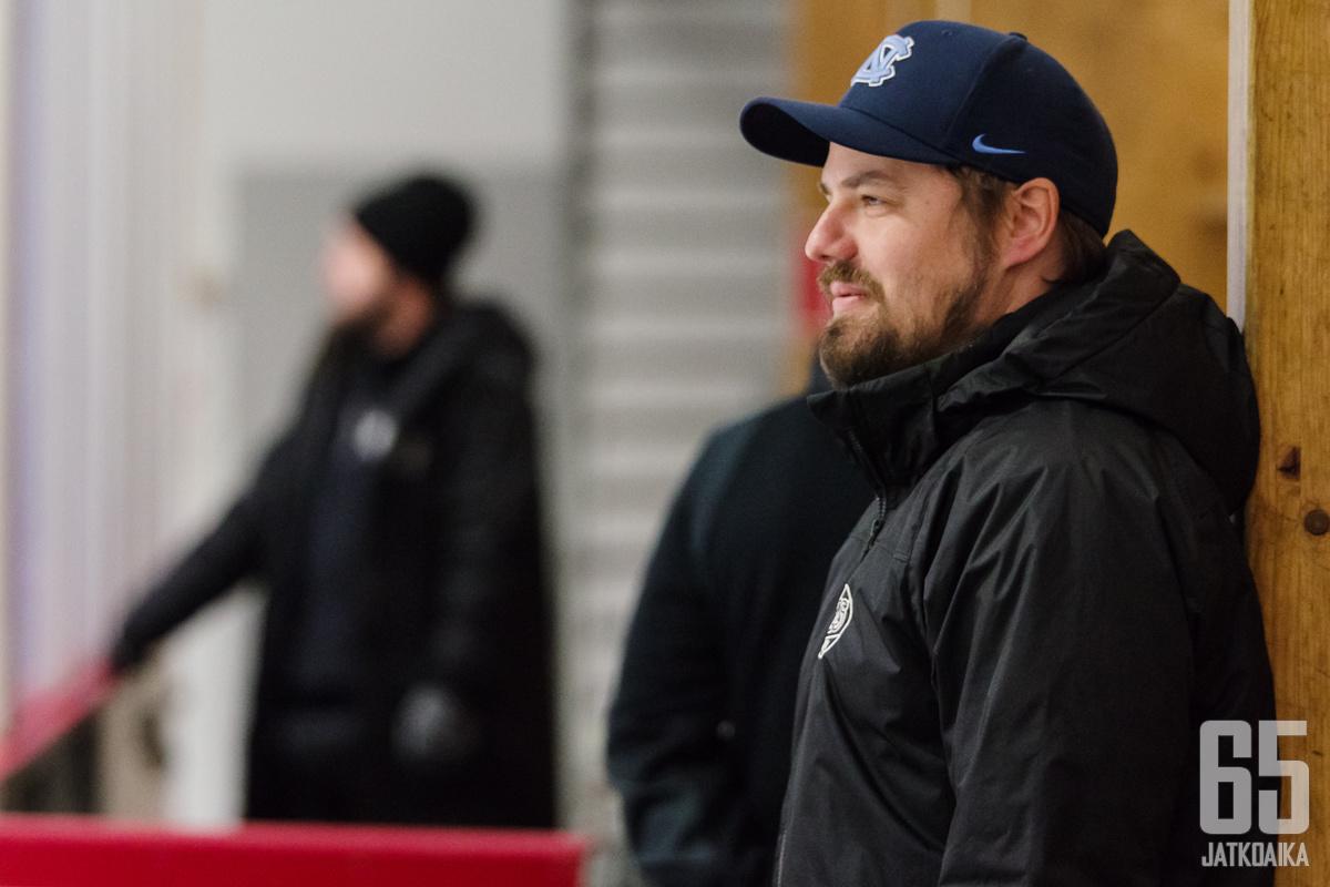 TPS:n päävalmentaja Matti Tähkäpää seurasi joukkueensa otteita hymyssä suin.