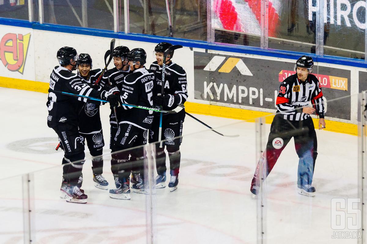 Turkulaiset juhlivat vaikka tuomareilla olikin heille paljon asiaa ottelun tiimellyksessä.