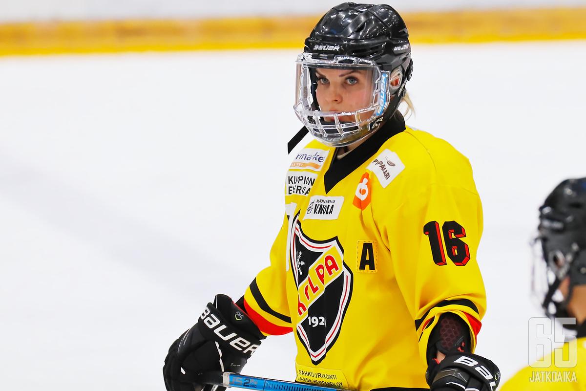 Tanja Koljonen on ylpeä KalPan hopeamitalista.