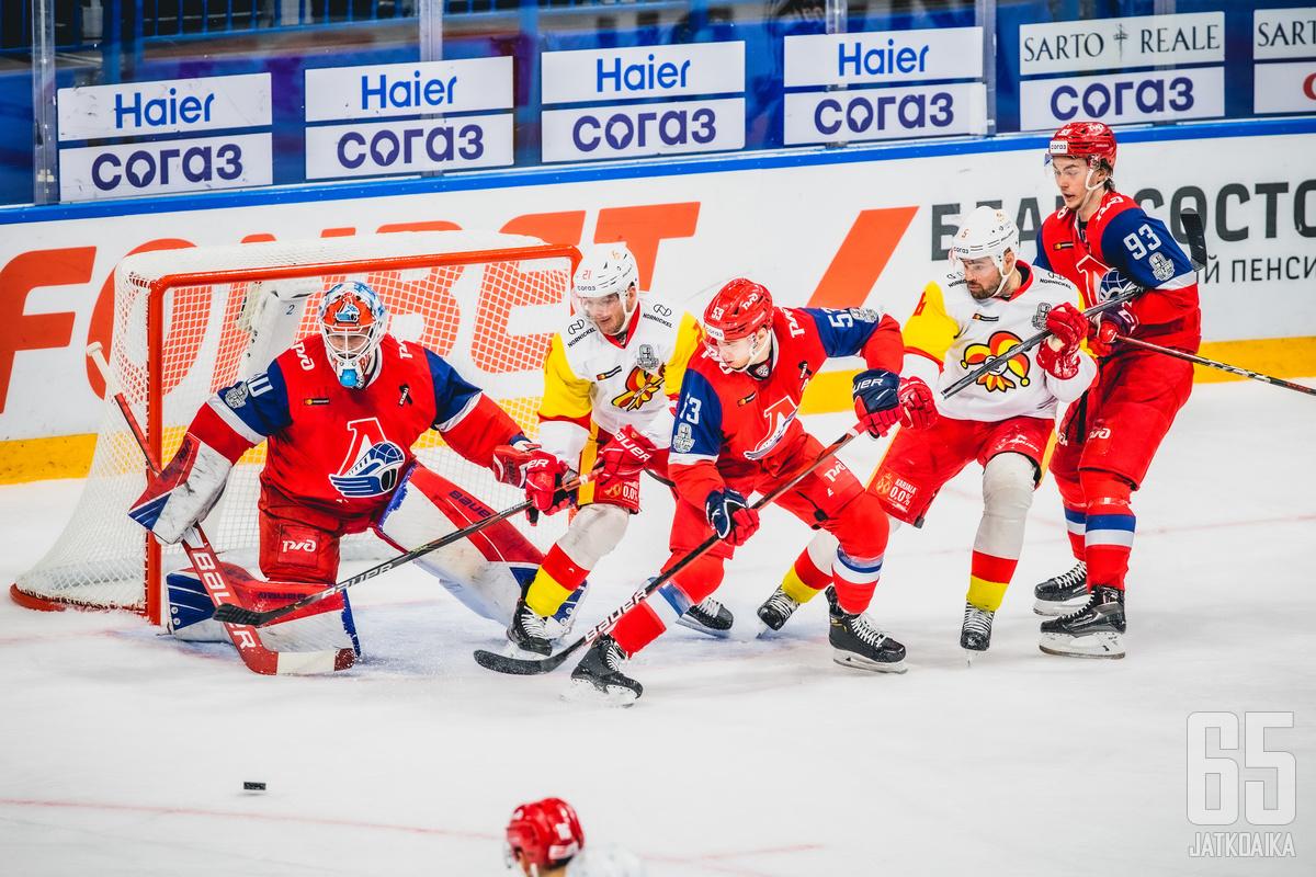 Tasainen taisto päättyi lopulta maalivahti Eddie Pasqualen ja muiden Lokomotivin pelaajien juhliin.