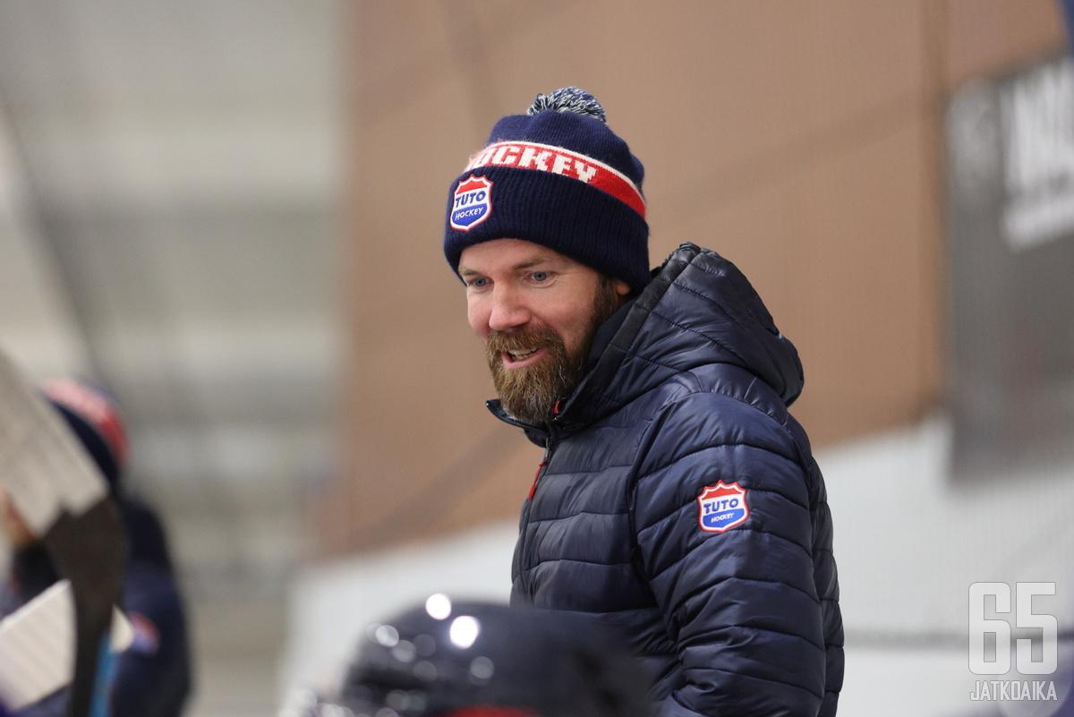 Antti Virtanen seuraa seuraavan ottelun katsomon puolelta.