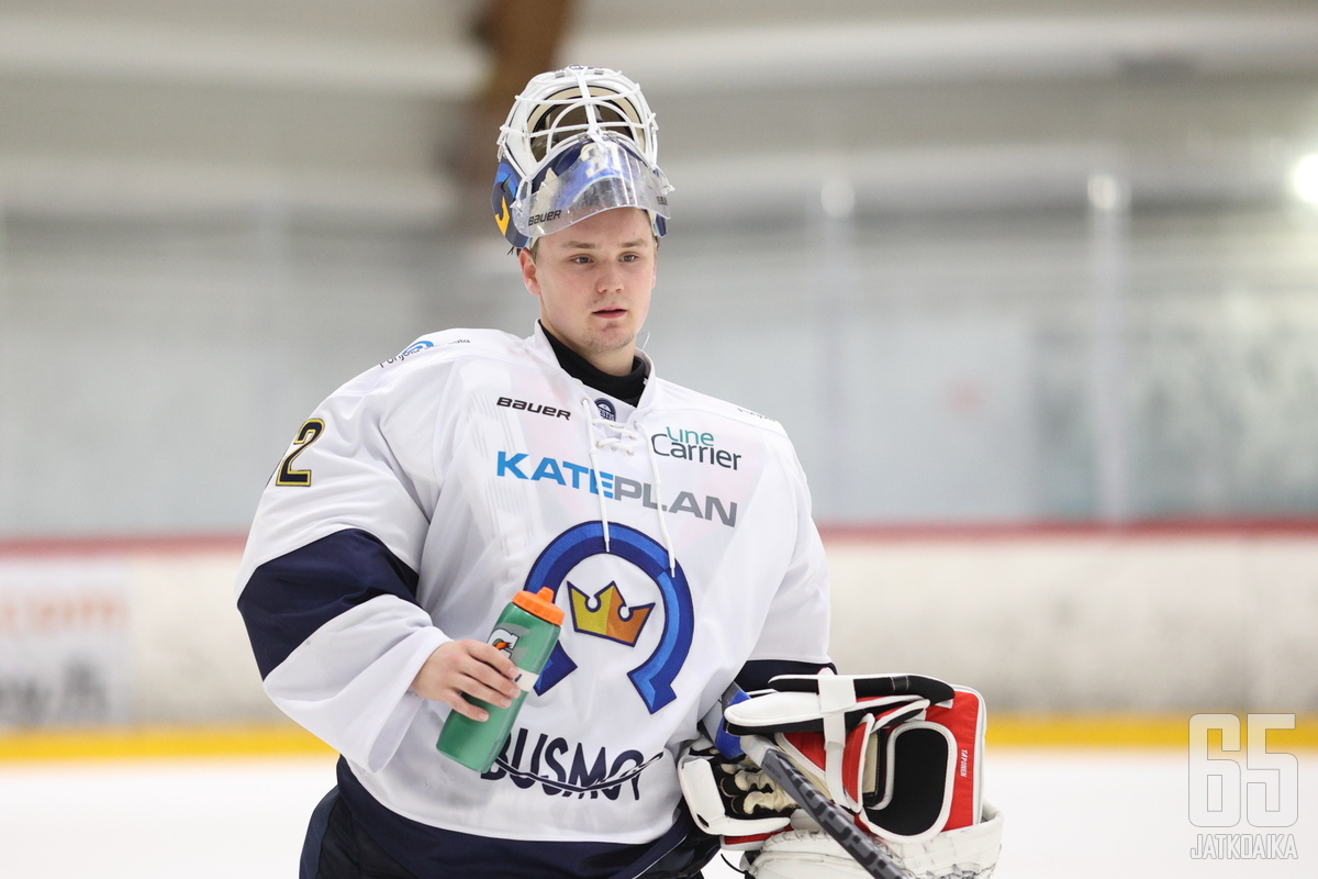 Roope Taponen torjui vahvan ottelun Kiekko-Espoon maalilla.