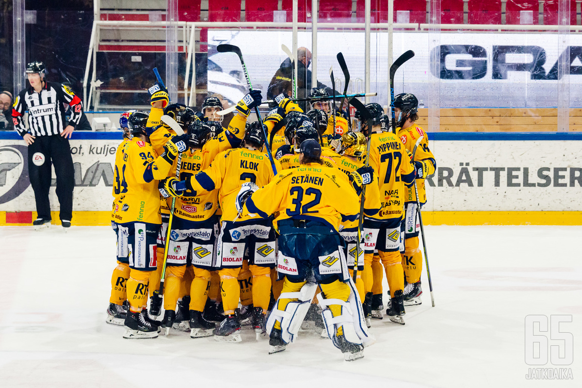 Rauman Lukko kruunattiin ensimmäistä kertaa sen historiassa runkosarjan voittajaksi seuran piste-ennätyksellä 127 pistettä.