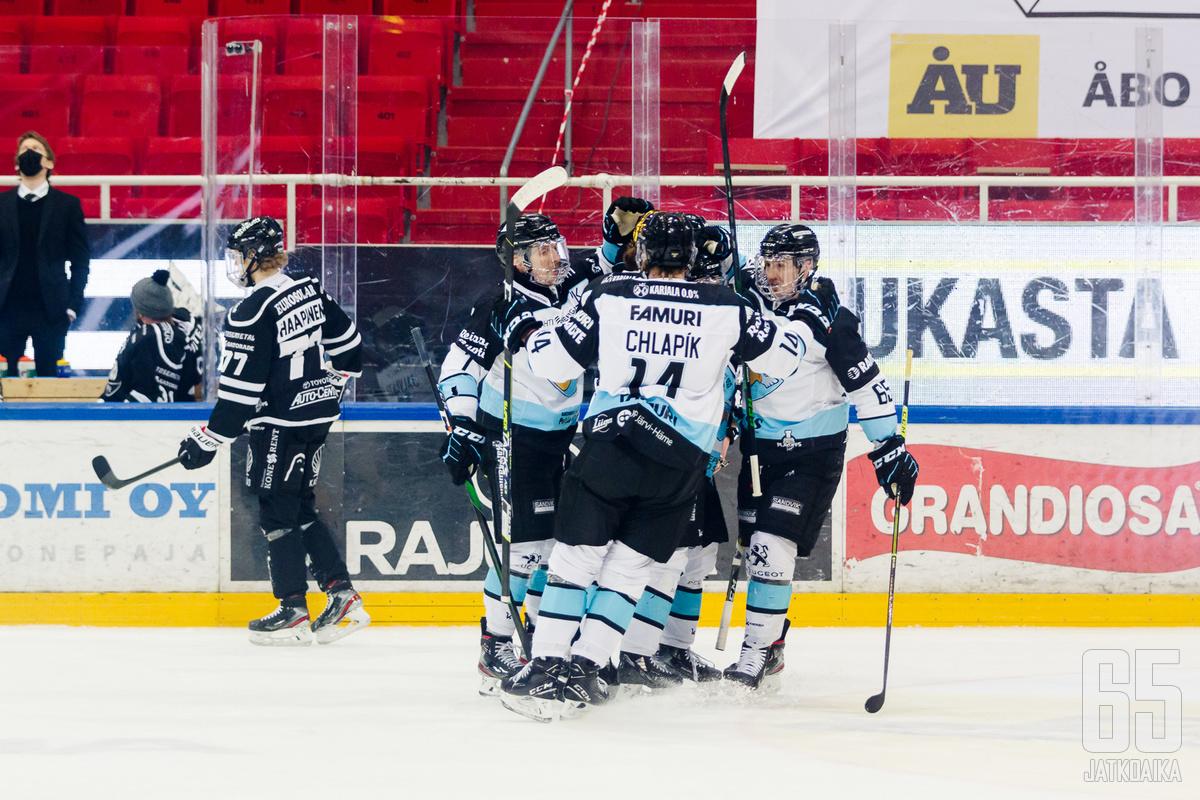 Lahtelaiset olivat tuttu näky juhlistamassa maalia Turkuhallin maanantai-illassa, kun joukkue haki ensimmäisen kiinnityksen välieräpaikkaan.
