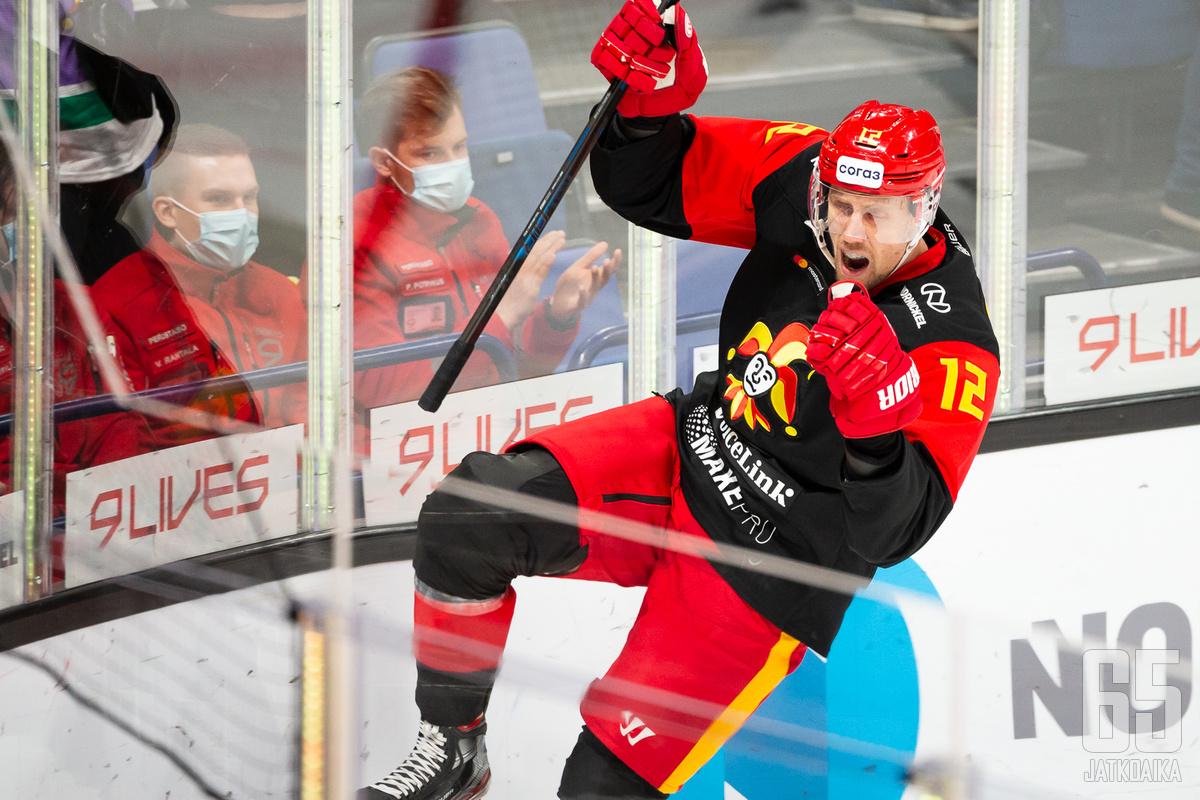 Marko Anttila tuuletti tyylikkäästi avausmaalia ottelussa.