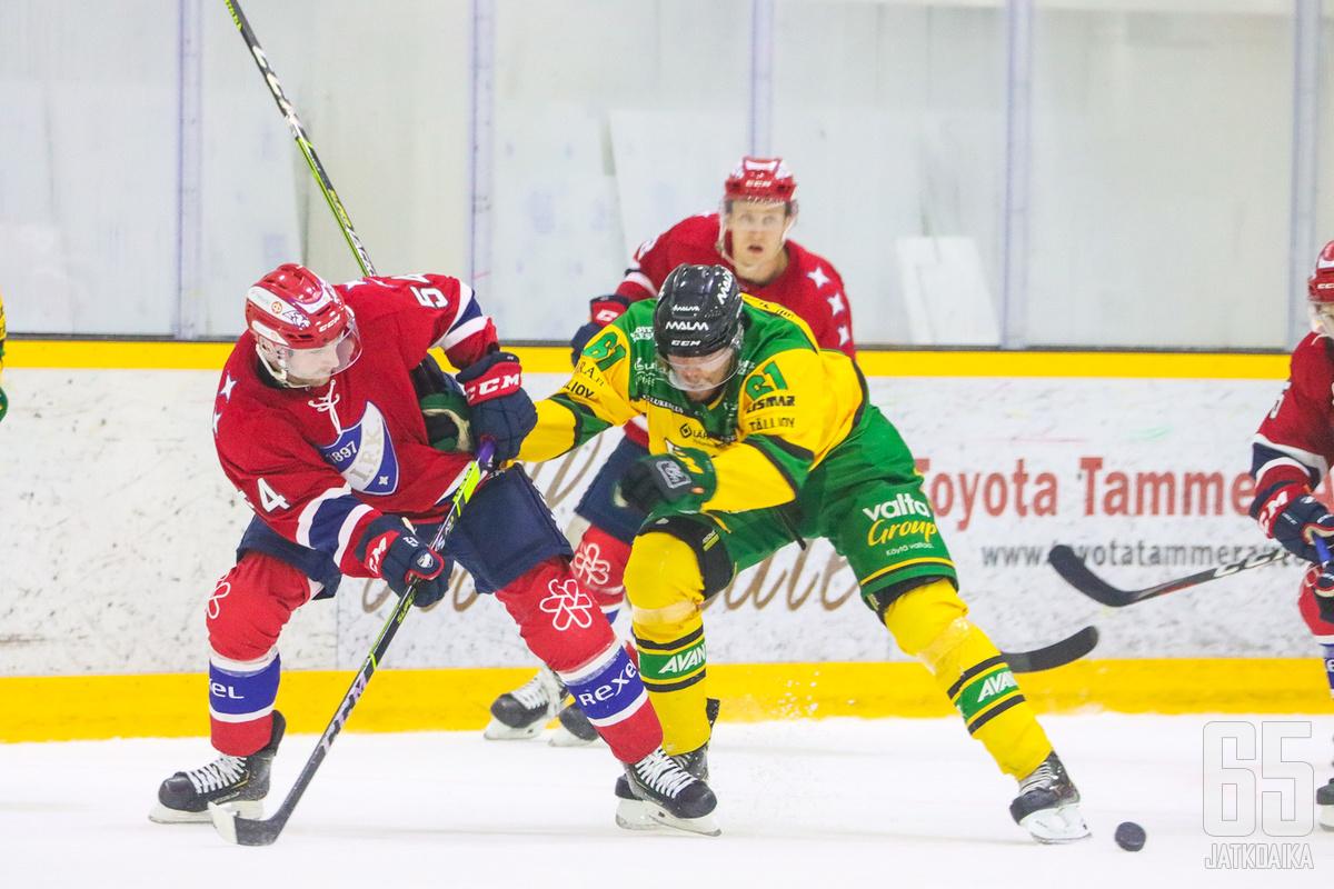 Ilves ja HIFK kamppailivat Tesoman jäähallissa hanakasti.