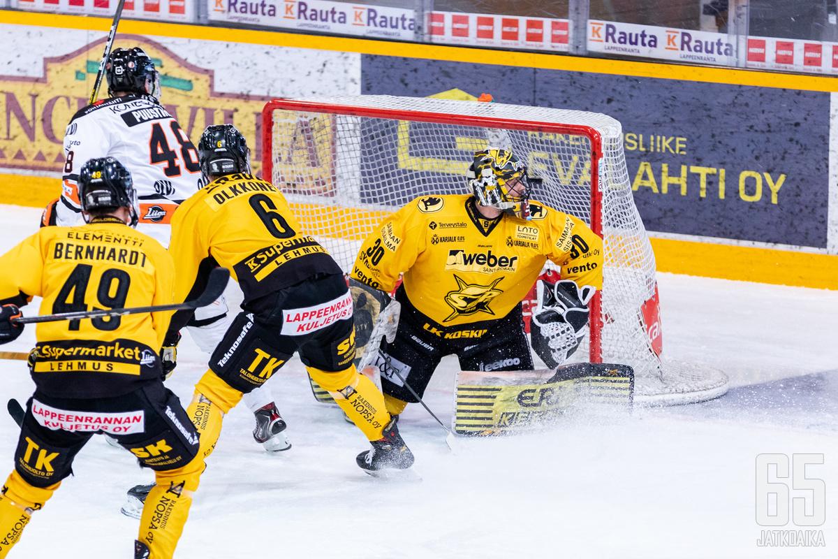 Valtteri Puustinen livahti maalintekoon ensimmäisessä erässä Joel Olkkosen estelyistä huolimatta.
