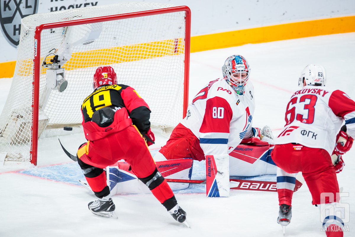 Savinainen iski helsinkiläisseuran toisen maalin Lokomotiv-vahti Edward Pasqualen selän taakse.