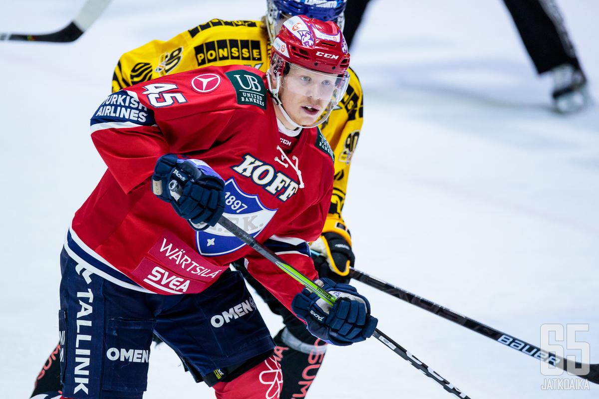 Micke-Max Åsten sai 300 runkosarjaottelua täyteen.