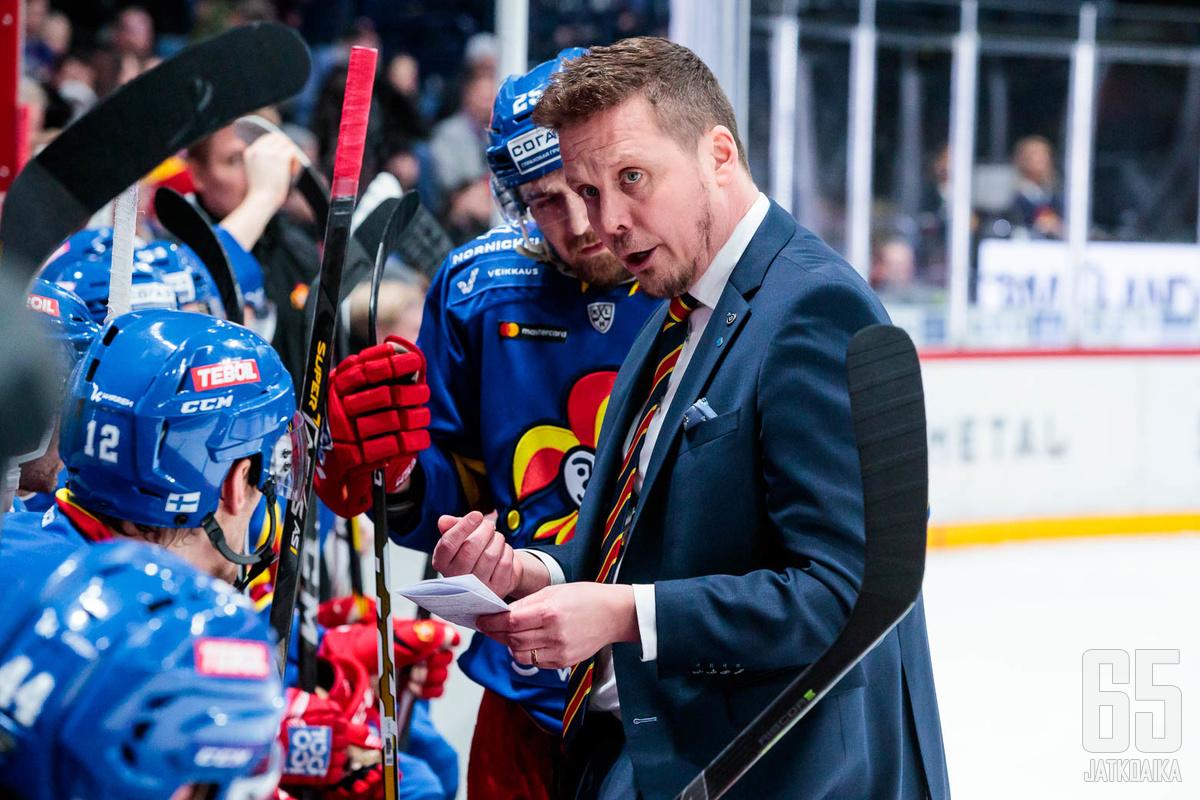 Lauri Marjamäki lähetti heikosti viidessä ensimmäisessä pelissä esiintyneen Alex Grantin katsomoon.
