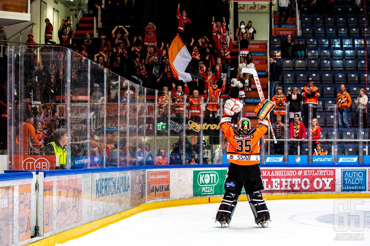 Karjalainen huudattaa seuraavaksi yleisöä Kajaanin jäähallissa.