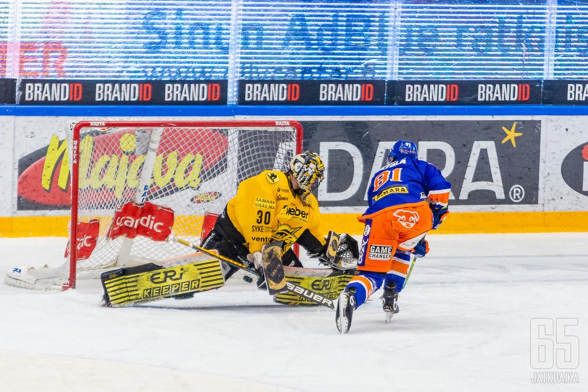 Jukka Peltola avasi Tapparan maalihanat toisessa erässä rangaistuslaukauksesta.
