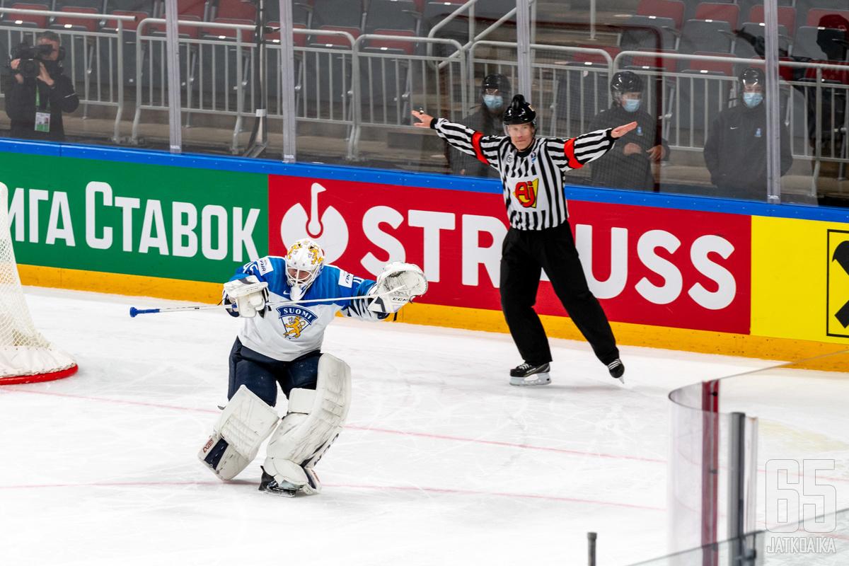 Jussi Olkinuora luistelee puolivälierässä Leijonien maalille.