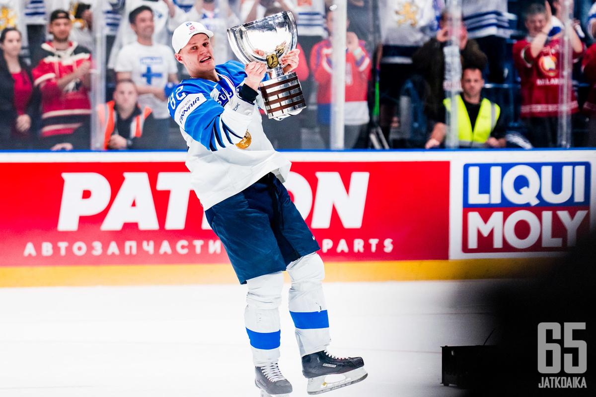 Pesosen palkintokaapissa on muun muassa Leijonien kanssa voitettu MM-kultamitali keväältä 2019.