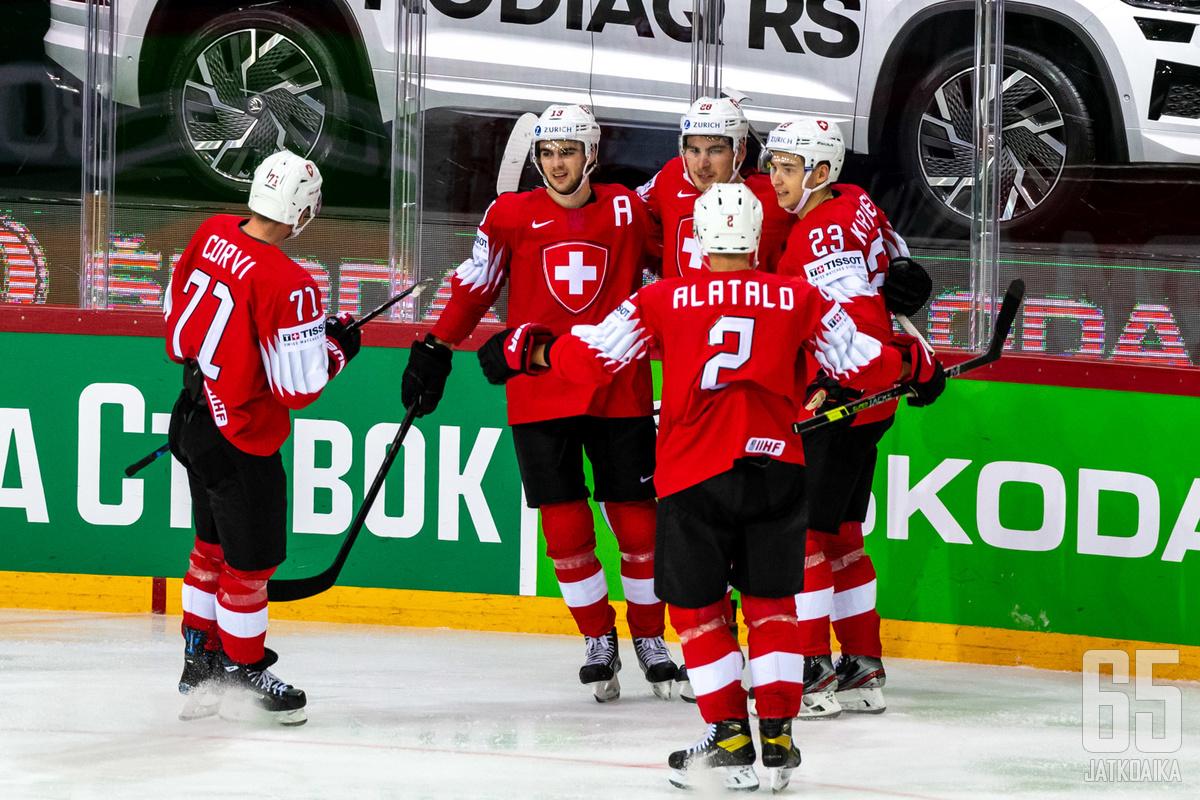 Timo Meier (A) oli ottelun suuria hahmoja, mutta Sveitsin voiton avain oli yhtenäisyys.