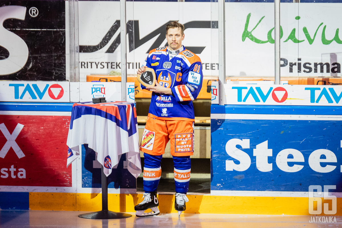 Ennen Tappara−HPK-ottelua juhlittiin Jukka Peltolan 600. liigaottelua.