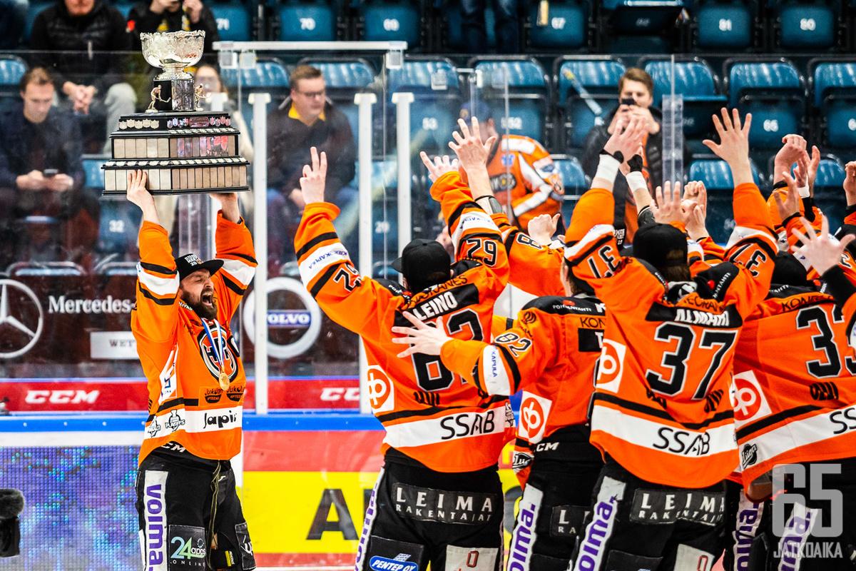 HPK-kapteeni ja seuran oma kasvatti Otto Paajanen pääsi tuulettamaan ensimmäistä kertaa urallaan Suomen mestaruutta
